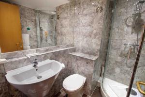 Un baño de Waterloo Hub Hotel and Suites