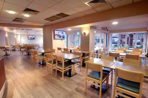 Un restaurante o sitio para comer en Waterloo Hub Hotel and Suites