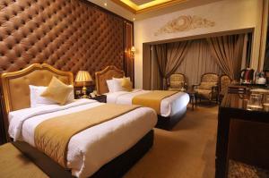 سرير أو أسرّة في غرفة في Golden Inn Hotel