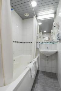 A bathroom at Riga Islande Hotel with FREE Parking