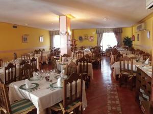 Un restaurante o sitio para comer en Hostal-Restaurante San Antolín