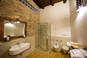 A bathroom at Castelletto Suites