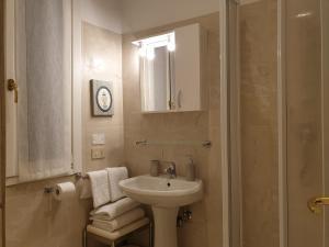 Um banheiro em Hotel Casa Petrarca