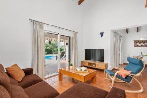 A seating area at Biniana 3 bedroom villa, Binisafuller