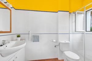 A bathroom at Biniana 3 bedroom villa, Binisafuller