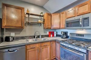 A kitchen or kitchenette at Apartment 1 Mi to Ouray County Hot Springs!