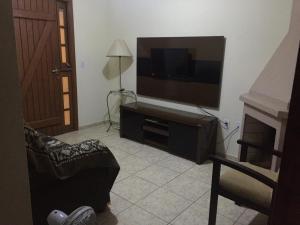 Uma TV ou centro de entretenimento em Apartamento 300m da praia