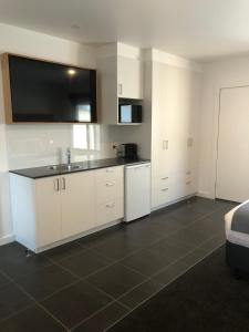 A kitchen or kitchenette at Bright Colonial Motel