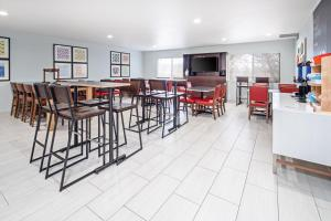 A restaurant or other place to eat at Holiday Inn Express Hotel & Suites Watsonville, an IHG Hotel