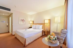 A bed or beds in a room at ACHAT Hotel Karlsruhe City