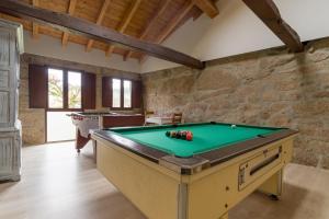A pool table at Gran Casiña Rural Queimada