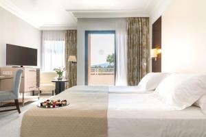 Łóżko lub łóżka w pokoju w obiekcie GPRO Valparaiso Palace & Spa