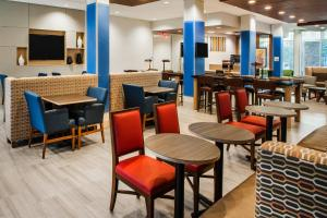 A restaurant or other place to eat at Holiday Inn Express Hotel & Suites Murray, an IHG Hotel