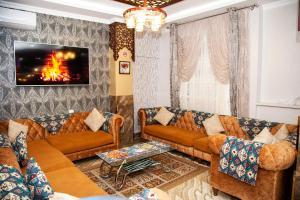 Uma área de estar em Mildom Hotel Baku