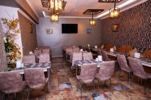 Um restaurante ou outro lugar para comer em Mildom Hotel Baku