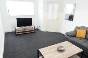 A television and/or entertainment center at Outstanding and Spacious modern 4 bedroom house
