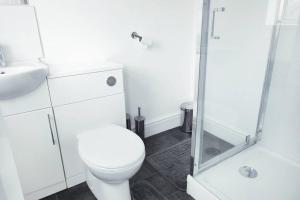A bathroom at Outstanding and Spacious modern 4 bedroom house