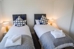 A bed or beds in a room at Anstey Heights Apartments