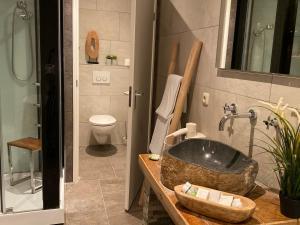 A bathroom at Hotel De Vrouwe van Stavoren
