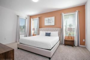 A bed or beds in a room at Sonoma Resort 7 Bedroom Vacation Home with Pool 1849