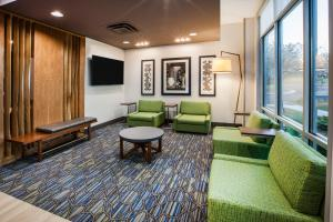 A seating area at Holiday Inn Express Hotel & Suites Murray, an IHG Hotel