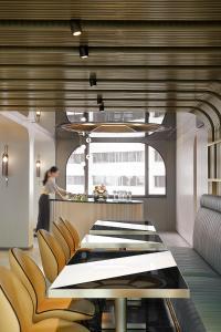 Een restaurant of ander eetgelegenheid bij The Park Lane Hong Kong, a Pullman Hotel