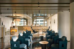 De lounge of bar bij The Park Lane Hong Kong, a Pullman Hotel