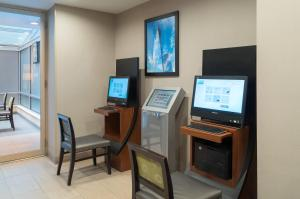 A television and/or entertainment centre at Holiday Inn Express - Wall Street, an IHG Hotel