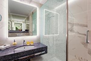 A bathroom at Hotel Van Oranje