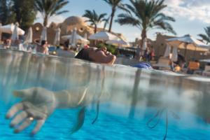 المسبح في The Three Corners Rihana Resort El Gouna أو بالجوار