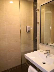 A bathroom at Walk In Hotel