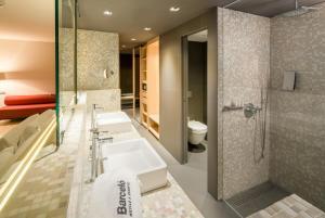 A bathroom at Barceló Hamburg