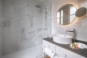 A bathroom at Hôtel Le Walt