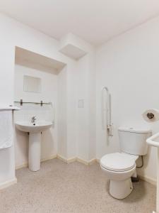 A bathroom at Lost Guest House Peterhead