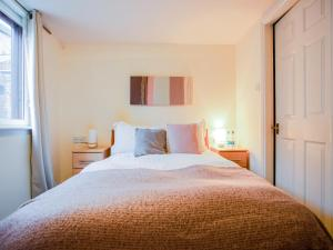 A bed or beds in a room at OYO The White Horse