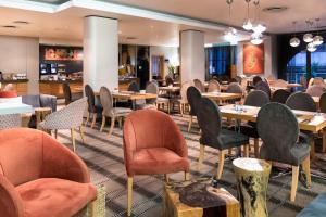A restaurant or other place to eat at Holiday Inn Express Cape Town City Centre, an IHG Hotel