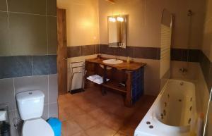 A bathroom at Hotel os Moinhos