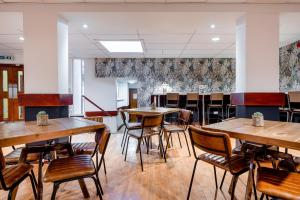 A restaurant or other place to eat at Inverness Youth Hostel