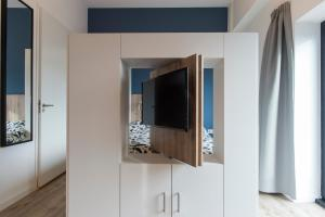 A television and/or entertainment centre at JOINN! City Lofts Houten Utrecht