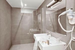 A bathroom at Hotel Adagio
