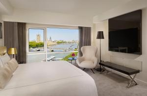 A television and/or entertainment centre at Park Plaza London Riverbank
