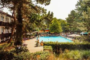 Ein Blick auf den Pool von der Unterkunft Badhotel Rockanje oder aus der Nähe