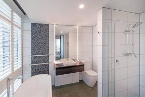 A bathroom at Four Points by Sheraton Auckland