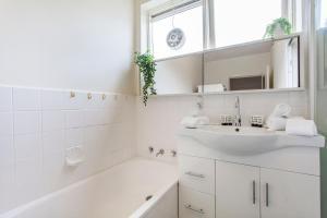 A bathroom at Family-friendly apartment in green Glen Iris