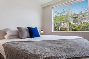 A bed or beds in a room at Family-friendly apartment in green Glen Iris