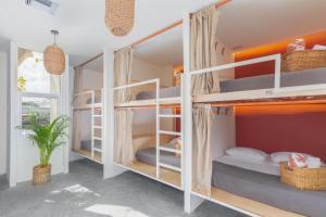 Un ou plusieurs lits superposés dans un hébergement de l'établissement oOstel Smart Hostel - Tulum Pueblo
