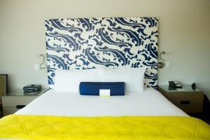 Een bed of bedden in een kamer bij Hotel Breakwater South Beach