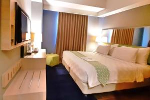 A bed or beds in a room at Pesonna Hotel Pekalongan
