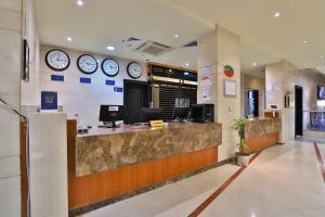 O saguão ou recepção de Nawazi Watheer Hotel