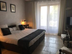 A bed or beds in a room at Les Lavandes de la Fuste